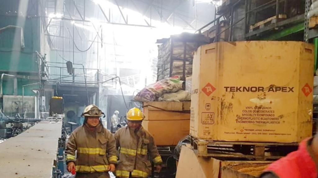 Bomberos controlan incendio en fábrica de hules en Tlalnepantla - Incendio Tlalnepantla fábrica hules