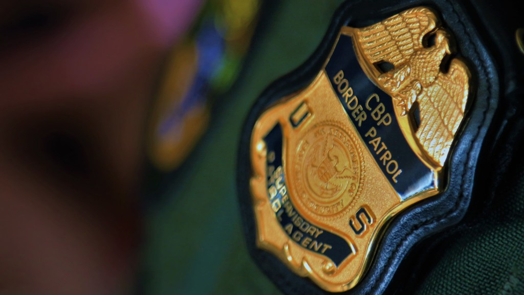 Patrulla Fronteriza detiene a ocho mexicanos en muelle de San Diego - Insignia de la Oficina de Aduanas y Protección Fronteriza. Foto de @CBP