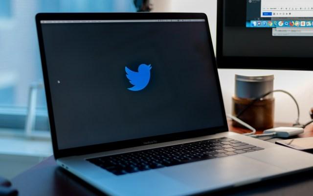 Envía AMLO invitación a director de Twitter México para que explique funcionamiento de 'bots' - Logo de Twitter en laptop. Foto de Yucel Moran / Unsplash