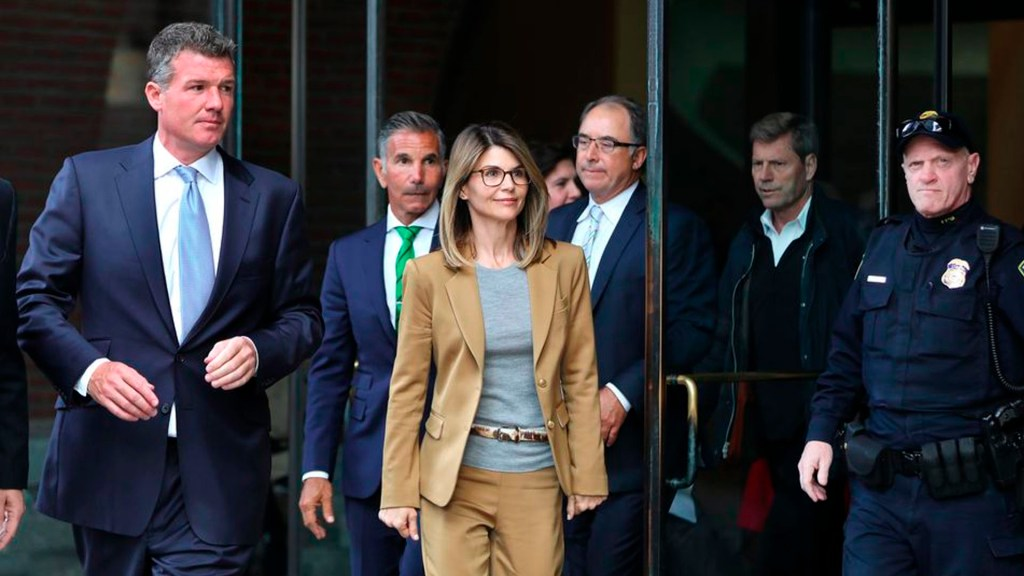 Lori Loughlin y su esposo se declaran culpables en caso de soborno - Lori Loughlin y su esposo Mossimo Giannulli