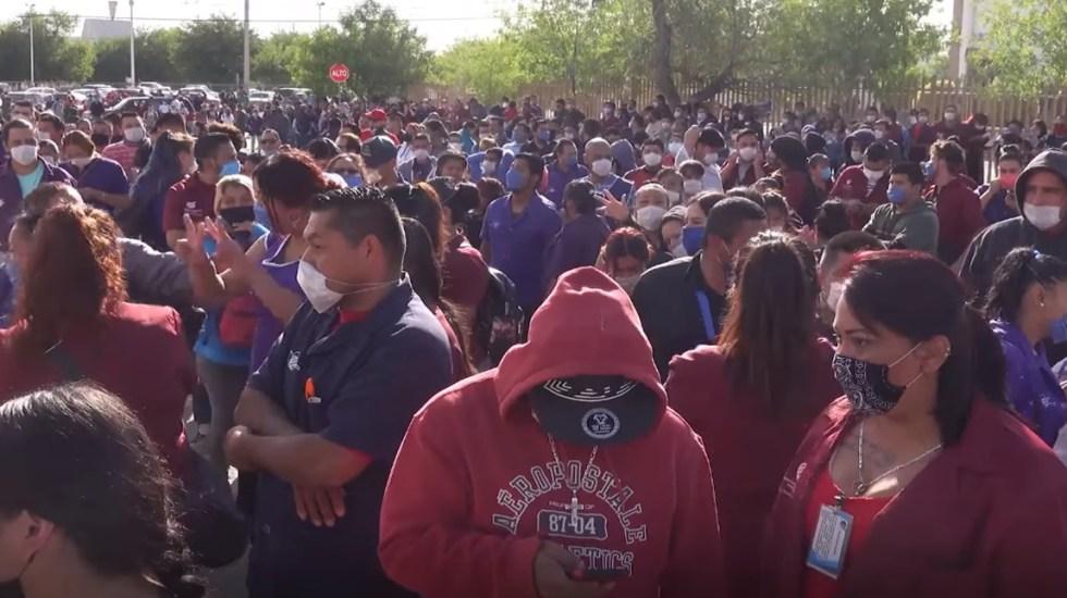 Invisibilizan muertes de obreros por COVID-19 en Ciudad Juárez: activista - Manifestación de empleados de maquiladoras en Ciudad Juárez el 23 de abril, por falta de medidas preventivas contra el COVID-19. Foto de El País