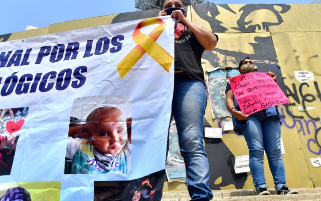 Padres de niños con cáncer amenazan con huelga de hambre por desabasto de medicamentos - Manifestación de padres de niños con cáncer en el Ángel de la Independencia. Foto de EFE