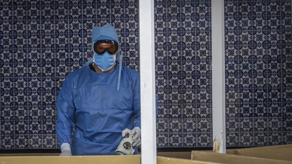 """Sin sustento técnico, comparar muertes por COVID-19 en el mundo; modelo de vigilancia demuestra menor riesgo en personal sanitario: Alomía - Médico del Hospital General de México """"Dr. Eduardo Liceaga"""", en la CDMX. Foto de Notimex"""