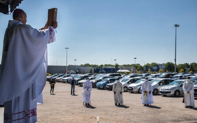 Francia celebra 'misa en coche' con más de 200 autos participantes - Misa católica a bordo de automóviles en Francia. Foto de EFE
