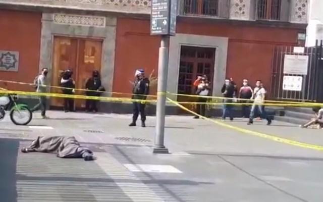 #Video Indigente muere en inmediaciones de la Catedral Metropolitana - Muerte de hombre en situación de calle atrás de la Catedral Metropolitana de la CDMX. Captura de pantalla / @MojicaAg
