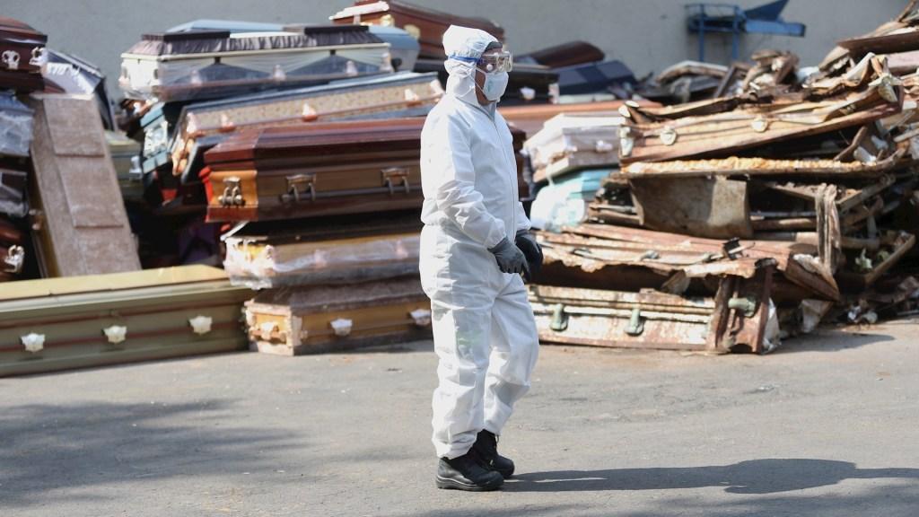 Muertes por COVID-19 en Ciudad de México son tres veces más que las que muestran autoridades: New York Times - Vista general este miércoles de un trabajador del crematorio en espera de cuerpos de personas fallecidas por la pandemia de COVID-19. Foto de EFE/ Sáshenka Gutiérrez.