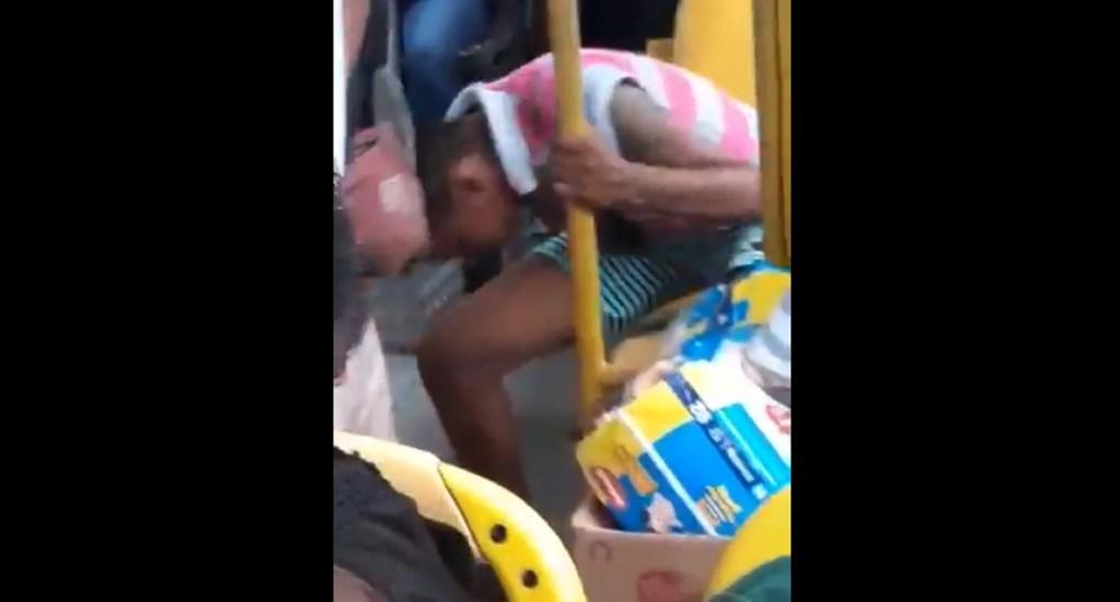 #Video Expulsan a patadas a mujer de autobús por toser sin cubrebocas - Mujer tose sin cubrirse en autobús de Brasil. Captura de pantalla