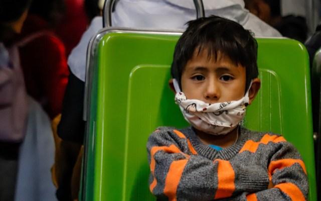 Becarán en la Ciudad de México a niños cuyos padres mueran por COVID-19 - Niño con cubrebocas en el Metro de la Ciudad de México. Foto de Notimex
