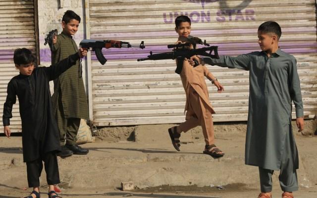 Niños se divierten durante el fin del Ramadán en Pakistán - Varios niños juegan con armas de juguete durante las celebraciones del Aid al Fitr o fin del Ramadán, el mes sagrado musulmán, en Peshawar (Pakistán). Después de la festividad del Aid al Fitr, van a reabrir en todo el país los santuarios, centros religiosos y culturales, aunque con ciertas limitaciones de horario para evitar un rebrote de COVID-19. Foto de EFE