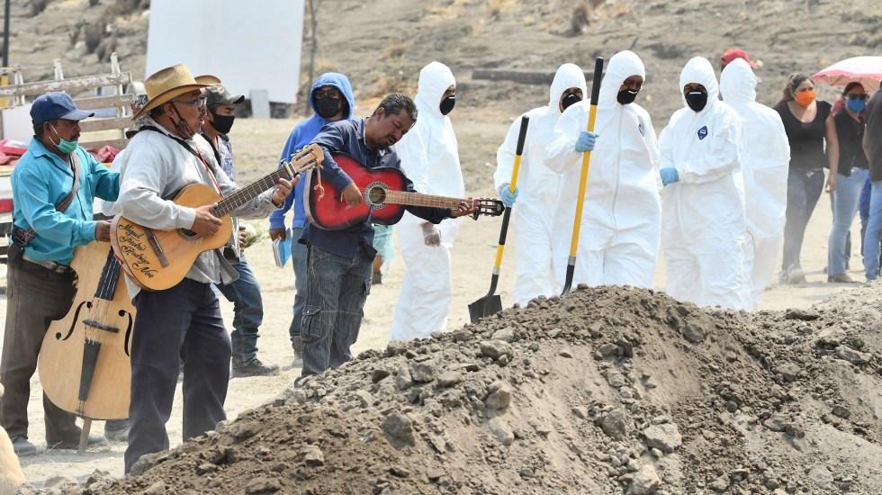 Por COVID-19, amplían panteones en México - Músicos tocan durante un entierro en el terregoso panteón del municipio de Valle de Chalco. Foto de EFE/Jorge Núñez.
