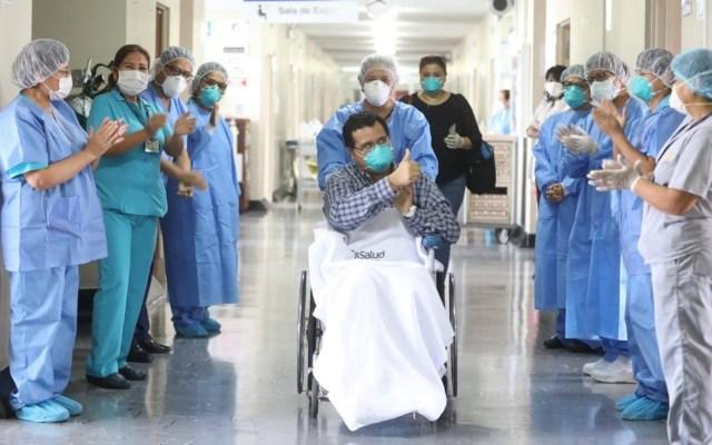 Dan de alta al primer sacerdote de Latinoamérica diagnosticado con COVID-19 - Personal del Hospital Edgardo Rebagliati de Perú aplauden al padre Luis Núñez. Foto de @EsSaludPeruOficial