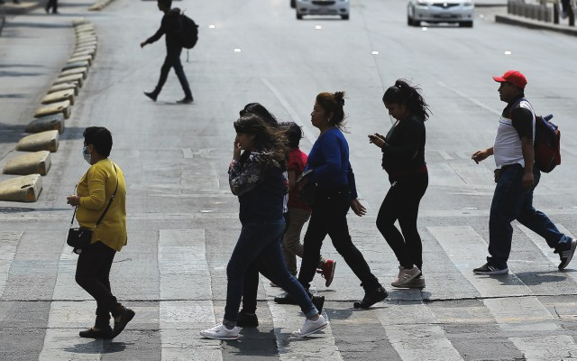 #Video Ciudad de México entrará a la 'nueva normalidad' en semáforo rojo; reabrirán tres industrias - Personas, algunas con cubrebocas, en calles de la Ciudad de México. Foto de Notimex