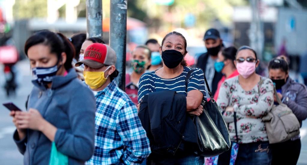 Desempleo en Brasil aumenta al 12.6 por ciento en abril por COVID-19 - Personas hacen fila mientras esperan el autobús en Sao Paulo