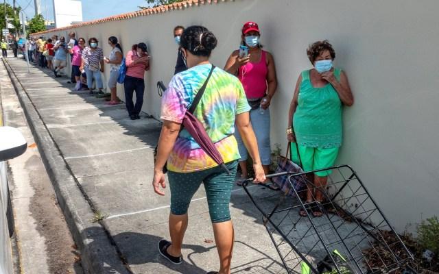 Desempleo por COVID-19 se agudiza en Florida - Personas se forman para recibir alimentos en la 'Pequeña Habana', en Miami, Florida. Foto de EFE