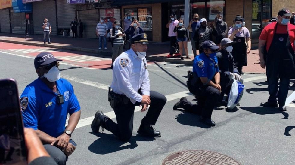 #Videos Policías de Nueva York se arrodillan en solidaridad con manifestantes por muerte de George Floyd - Foto de Twitter @_estherlauren