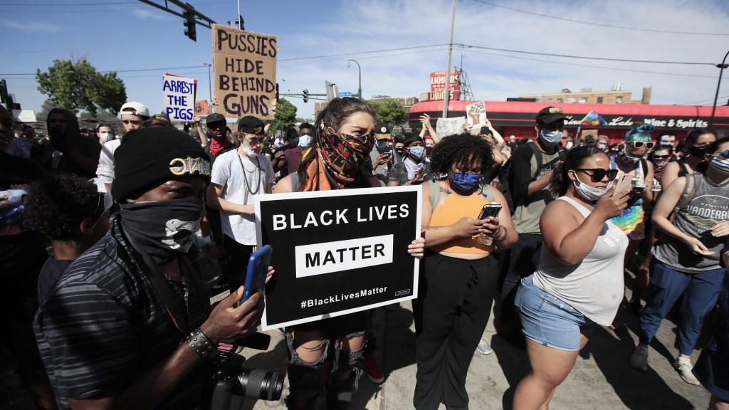 """ONU pide a Estados Unidos """"medidas serias"""" por asesinato de afroamericano - Protesta en Minneapolis por muerte de George Floyd a manos de un policía blanco. Foto de EFE"""