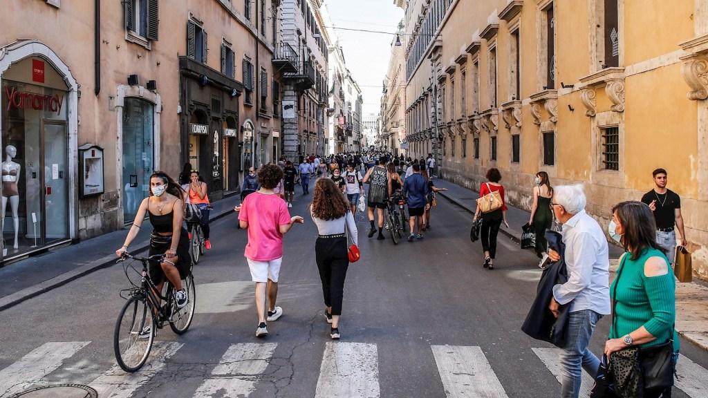 Roma multará con hasta 500 euros a quien tire mascarillas en la vía pública - Roma Italia COVID-19 pandemia epidemia