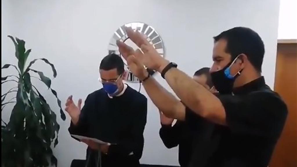 Curas bendicen a médicos y pacientes con COVID-19 en la Ciudad de México - Sacerdotes con médicos del Hospital General de México en la CDMX. Captura de pantalla / @ArquidiocesisMx