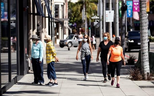 Fallas en sistema estanca hasta 300 mil resultados de pruebas de COVID-19 en California - Transeúntes en California durante pandemia de COVID-19. Foto de EFE