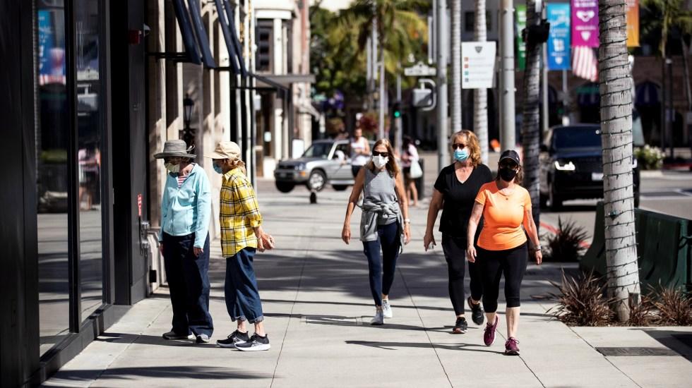 Estados Unidos supera los cinco millones de casos de COVID-19 - Transeúntes en California durante pandemia de COVID-19. Foto de EFE