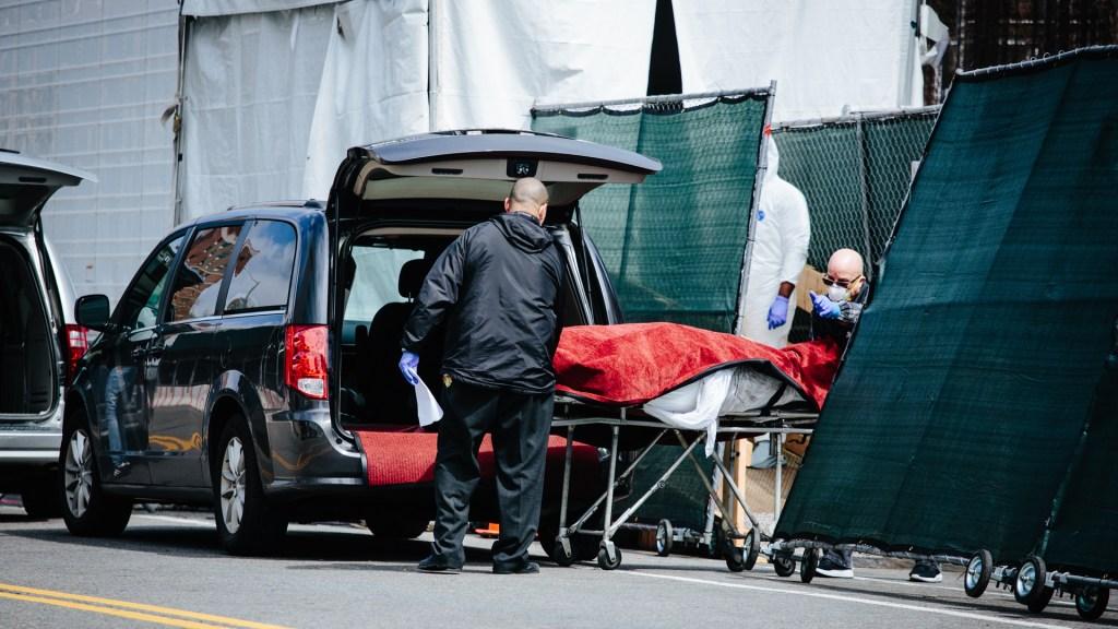 Nueva Jersey extiende un mes más la emergencia sanitaria por COVID-19 - Traslado de persona que murió por COVID-19 en Nueva Jersey, EE.UU. Foto de EFE