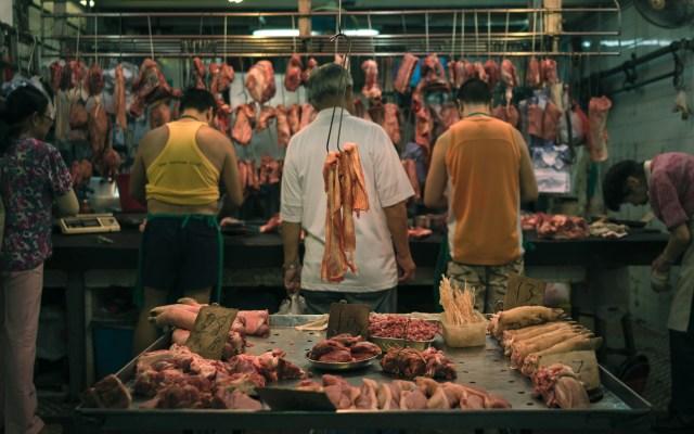Inflación baja en China, pero crece 3.3 por ciento en abril - Venta de carnes frías en mercado de Hong Kong. Foto de Natalie Ng / Unsplash