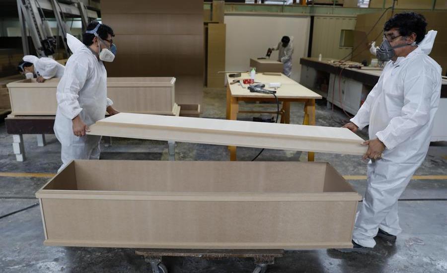 Fabrican ataúdes con materiales de bajo costo en Perú - Foto de EFE.