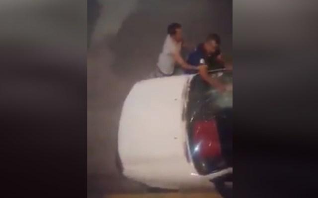 #Video Amenazan con quemar a enfermero en Edomex - Además de amenazar con quemarlo, vecinos dañaron el auto de un enfermero en Edomex. Captura de pantalla