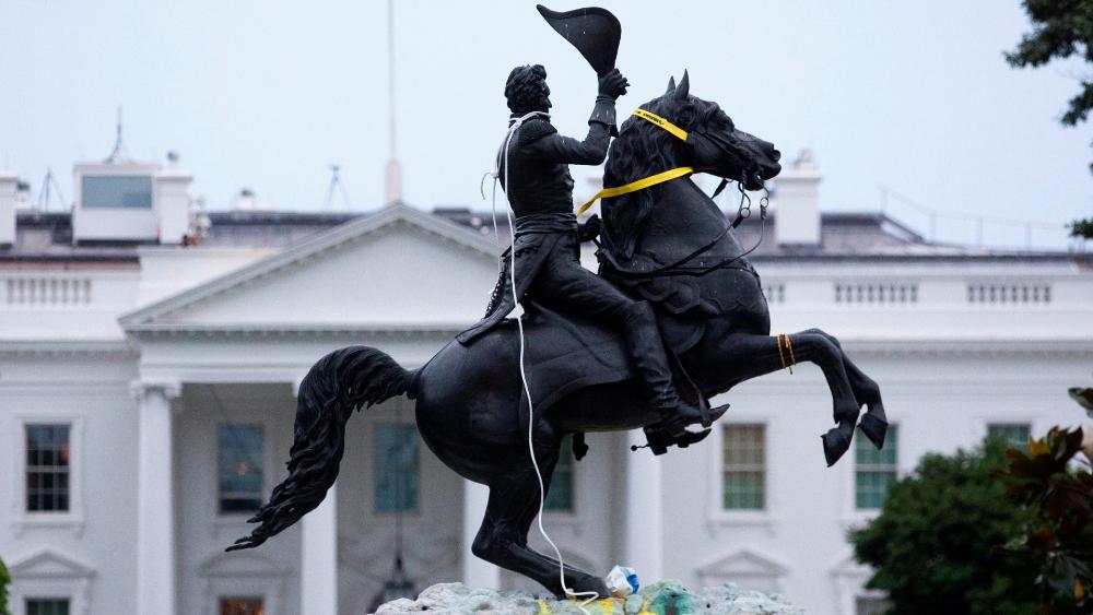 """Trump ordena castigar con """"largas penas de prisión"""" a quien ataque monumentos - Foto de EFE"""