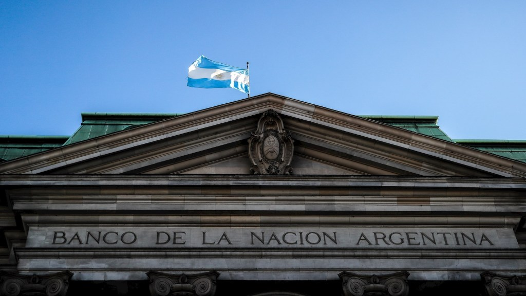 S&P rebaja nota de dos bonos de Argentina tras nuevo incumplimiento - Argentina Banco Nacional deuda