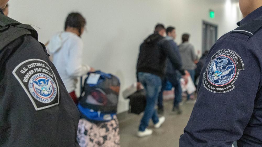 Juez de Florida declara inconstitucional transporte de migrantes por policías - Foto de CBP
