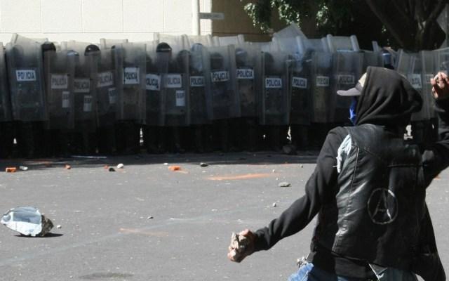 Ciudad de México buscará nuevo protocolo policial ante protestas - Ataque de anarquistas contra la Embajada de Estados Unidos en la Ciudad de México el 5 de junio, durante protesta por muerte de George Floyd. Foto de EFE