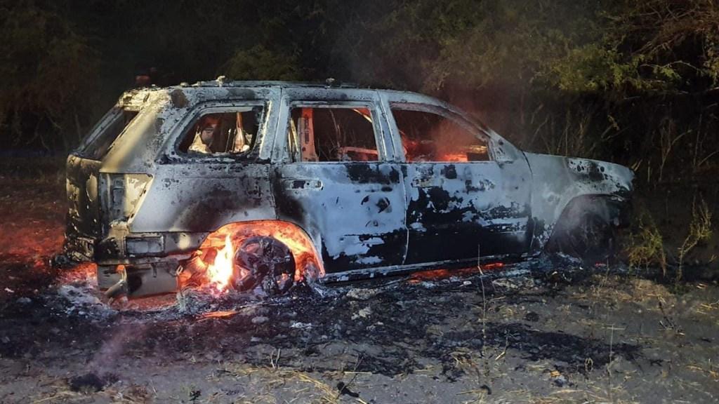 Queman casas y vehículos en enfrentamientos en Culiacán - Auto calcinado en Culiacán. Foto Especial