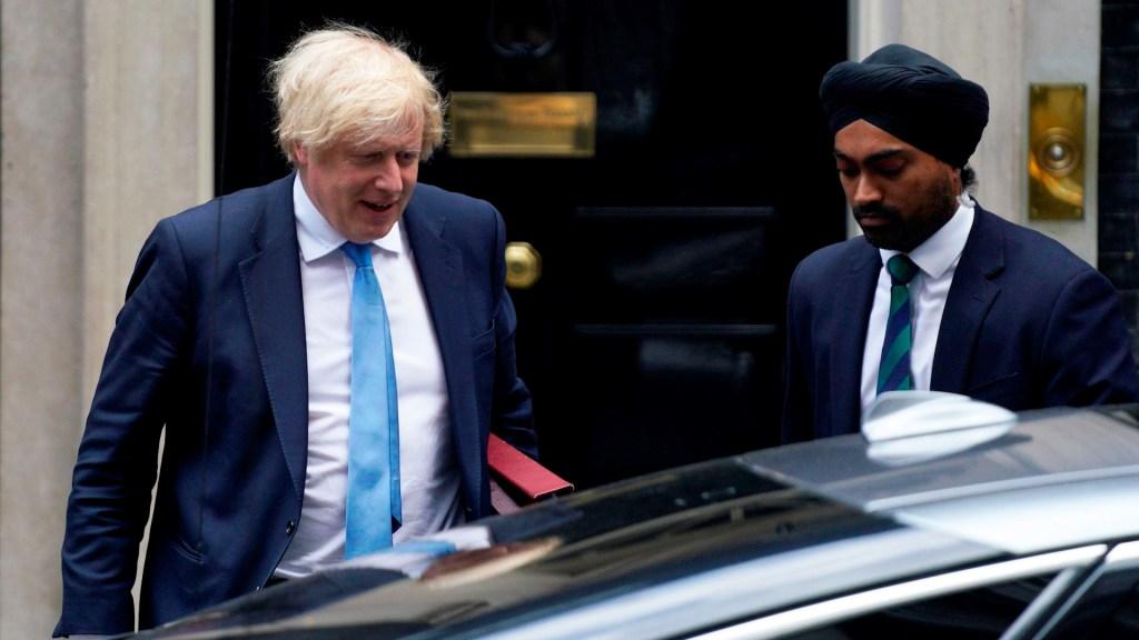 #Video Manifestante provoca choque contra auto donde viajaba Boris Johnson - Boris Johnson coche Jaguar