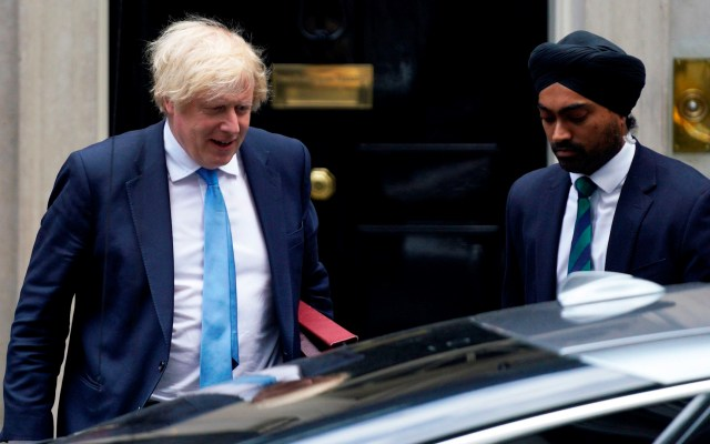 #Video Manifestante provoca choque contra auto donde viajaba Boris Johnson - Boris Johnson coche Jaguar