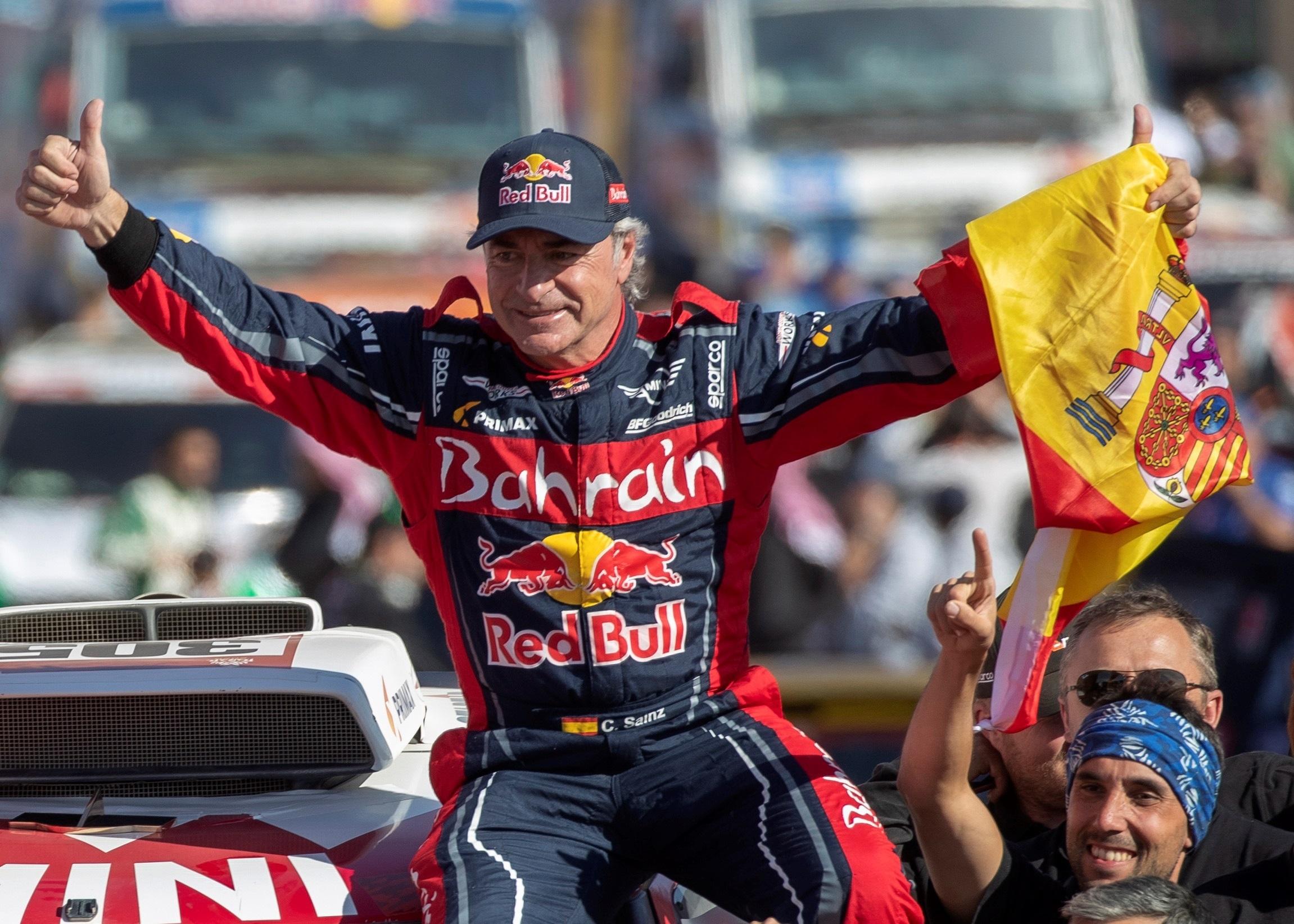 Carlos Sainz, considerado la primera gran leyenda del automovilismo español, ha sido distinguido este martes con el Premio Princesa de Asturias de los Deportes 2020. En la imagen, celebra su victoria en el Dakar 2020 en Qiddya, Arabia Saudí, el 17 de enero de 2020, con el equipo Bahrain JCW X-Raid Team. Foto de EFE/ Andre Pain.
