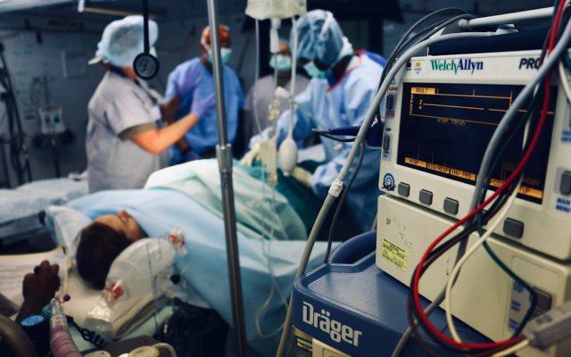 INAI ordena a Cofepris transparentar entrega de licencia a clínica de cirugía plástica - Foto de Richard Catabay @illest_shinobi