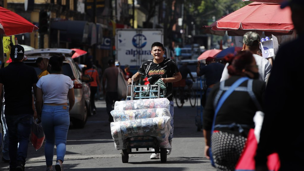 México limita estímulos pese a que millones caen en la pobreza: Financial Times - Comerciante informal de la Ciudad de México. Foto de EFE