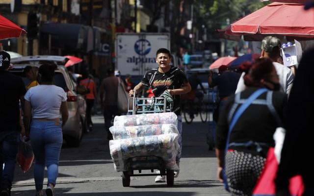 Han reabierto 83 mil 149 negocios en la Ciudad de México - Comerciante informal de la Ciudad de México. Foto de EFE