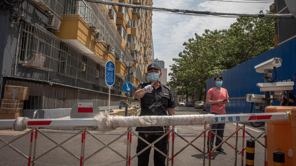 Beijing suma 31 nuevos casos de COVID-19 tras rebrote - Complejo residencial de Beijing con acceso restringido para evitar COVID-19. Foto de EFE