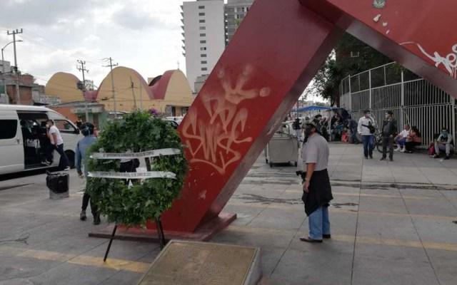 Cancelan marcha del 'halconazo' en la Ciudad de México - Corona en memoria de los estudiantes víctimas del 'halconazo'. Foto de Milenio