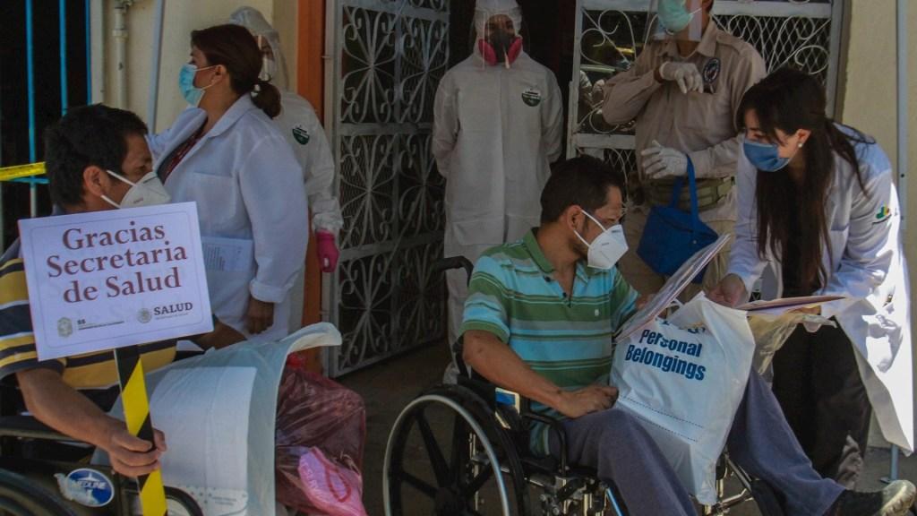 COVID-19 demuestra importancia de vivir en comunidad, afirma especialista - Migrantes atendidos por COVID-19 en Tijuana. Foto de EFE/Joebeth Terriquez.