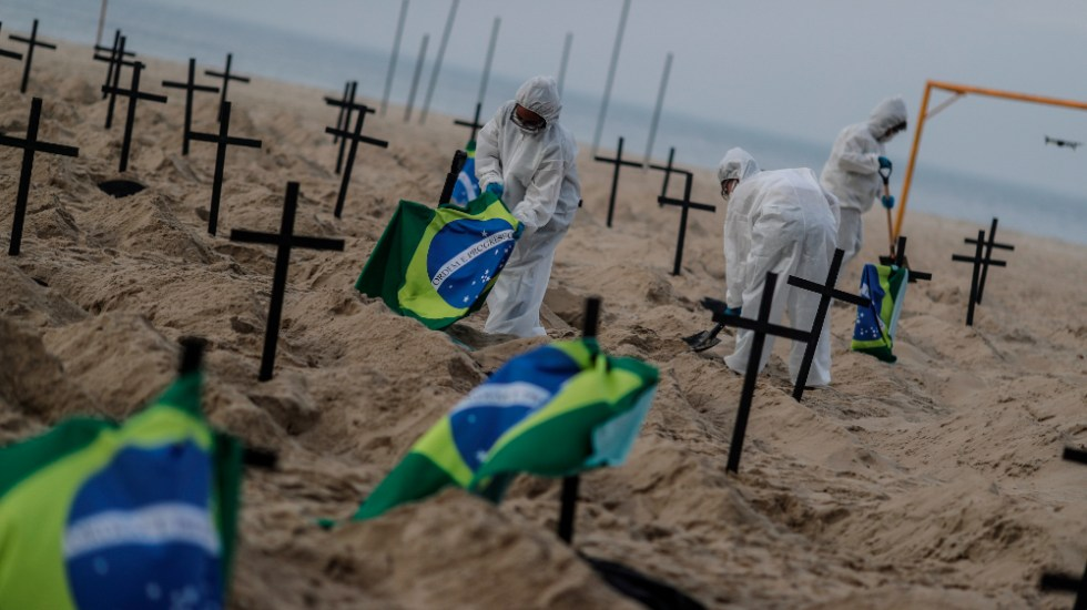 Bolsonaro lamenta muertes por COVID-19, pero llama a 'seguir adelante' - Foto de EFE