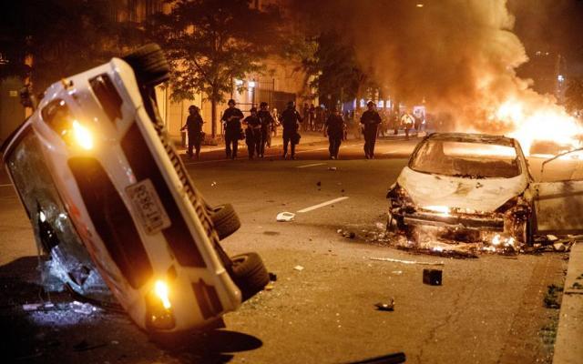 Manifestantes desafían el toque de queda en Washington - Foto de EFE.