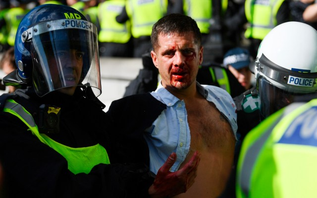 Enfrentamientos entre manifestantes y Policía de Londres dejan 15 heridos y cinco detenidos - Enfrentamiento de manifestantes con la Policía de Londres