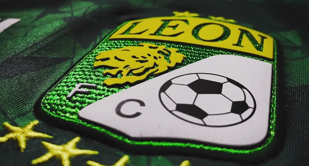 Jugador de León da positivo a COVID-19 - Escudo del León en camiseta. Foto de @clubleon_oficial