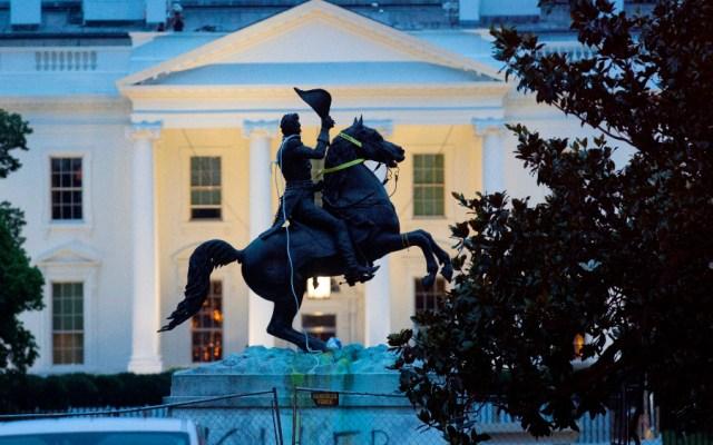 Trump amenaza con 10 años de prisión a quien vandalice monumentos - Foto de EFE