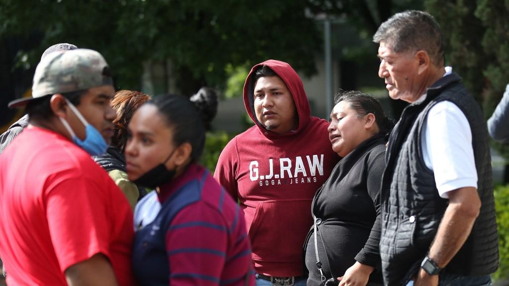 Comerciantes piden apoyo para hijas de mujer que murió en atentado contra García Harfuch - Familiares de Gabriela Gómez, quien murió en atentado contra Omar García Harfuch. Foto de EFE