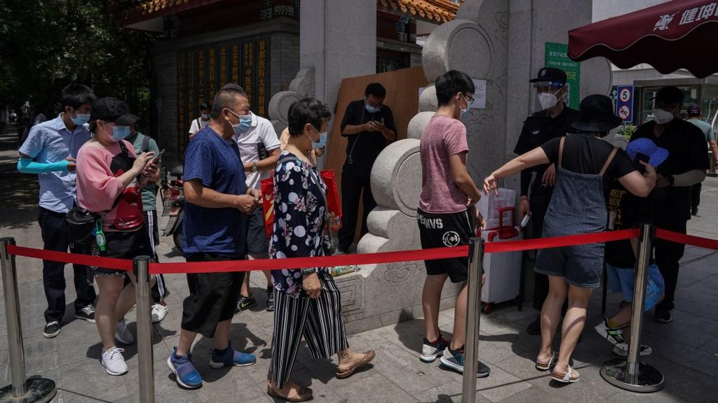 Repuntan nuevos casos de COVID-19 en China; la mayoría en Pekín - Filtro para ingresar al mercado de Xifandi, en Pekín, tras un brote de COVID-19. Foto de EFE