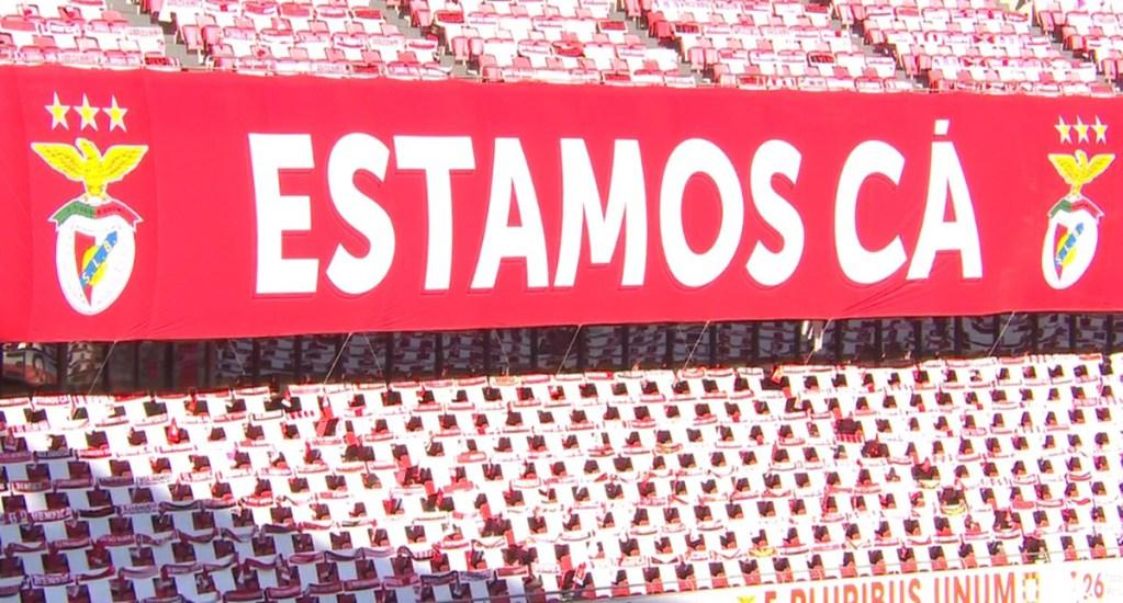 Apedrean autobús del Benfica tras empate contra Tondela - Gradas del Estádio da luz con bufandas de aficionados del Benfica, durante partido contra el Tondela. Foto de Benfica
